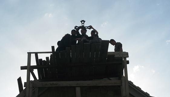 ჯვრის აღმართვა მშენებარე ტაძარზე